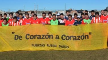 Ambos planteles posaron ayer con la bandera que le desea buenos augurios al colega Rubén Darío Vega, que se encuentra en Capital Federal por un tratamiento médico.