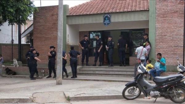 """Una jubilada de 69 años """"exigió"""" en la Comisaría 42 de la ciudad salteña de Tartagal un """"encuentro íntimo"""" con su pareja de 37."""