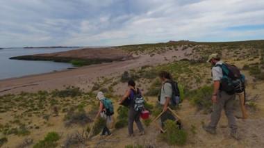 Investigación. Científicas estudian sitios arqueológicos en cercanías de Camarones y para eso hacen extensas recorridas por la zona.