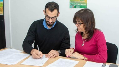 Acuerdo. El referenmte empresarial y la funcionario rubricaron el convenio en la capital.