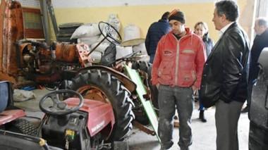 Charla. Una postal del ministro Bortagary recorriendo las actividades en el tradicional Centro de Gaiman.