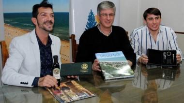 Sonrisas. Los funcionarios de Pinamar y de Esquel se pusieron de acuerdo para una promoción conjunta.