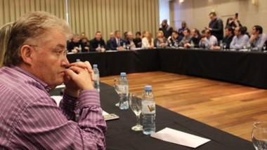Pensativo. López Gutiérrez, uno de los dos únicos intendentes de Chubut presentes en Bariloche.