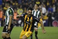 Matías Caruzzo, de cabeza, marcó el tanto de la victoria de Rosario Central.