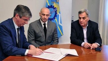 Acuerdo. Municipio y Provincia firman el trato por el destino de la plata de las multas en la cordillera.