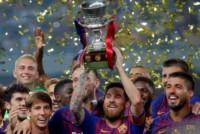Messi, el nuevo primer capitán del Barcelona, subió las gradas y fue el encargado de levantar la Supercopa de España, el primer título del equipo en esta temporada.