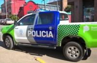 Personal de la comisaría local arribó al lugar y vio a dos de los hombres tirados en el piso y el restante parado con un par de zapatillas en la mano.