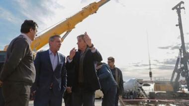 Explicaciones. De manos levantadas, el empresario le graficó al gobernador cómo marchan sus proyectos en la desembocadura del río Chubut.