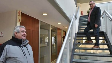 El diputado Alfredo Di Filippo, de campera, y una propuesta para resolver la fuerte demanda de viviendas.