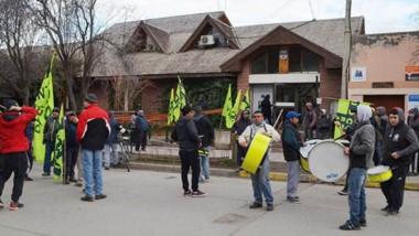 Banderas y bombos. Una postal del reclamo del gremio de la construcción en la localidad cordillerana.