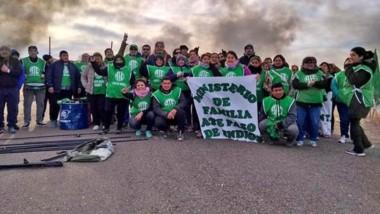 Los trabajadores dependientes del Ministerio de Familia en Paso de Indios en la protesta sobre la ruta.