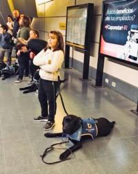 Compañía. Lola junto a Petro, su perro de asistencia terapéutica.