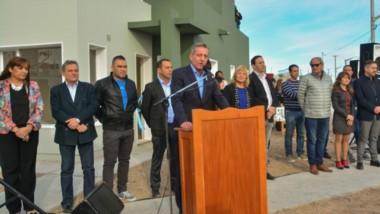 Durante la entrega de viviendas en barrio Moreira, Arcioni aseguró que la semana que viene harán la presentación judicial por el Fondo Sojero.