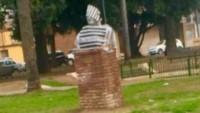 En la ciudad de Rosario pintaron un busto del ex presidente Néstor Kirchner con el traje de un preso.