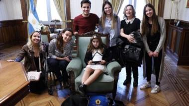 Todos juntos. Gabriela Michetti junto  a Lola, sus familiares y su perro terapéutico. Lola y  Preto fueron protagonistas de un resonante caso de discriminación.
