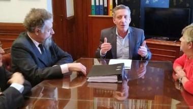 El gobernador se reunión con los senadores por Chubut para analizar la estrategia en el Congreso.