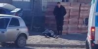 Raro. El sujeto caído en el suelo y observado por un empleado policial que estuvo en el sitio.