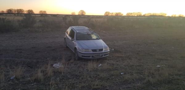 El auto quedó con daños en la parte del techo (foto @TerrazaIngrid)
