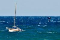 Dos ballenas alzan sus colas delante de un velero. Pese al mar picado, las ballenas se dejaron ver en Puerto Madryn. (@maxijonas)