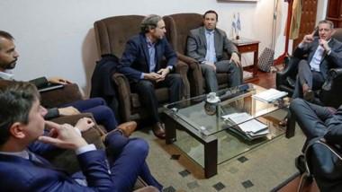 Encuentro. Una postal del grupo de capitales franceses reunido con el intendente y el gobernador.