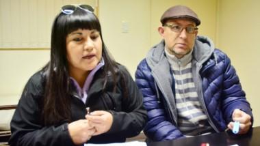 Dúo. Tamara y Javier reclamaron para que algún funcionario escuche su situación y los ayude con fondos.