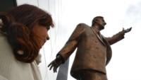 En la sede de la UNASUR esta estatua de Néstor Kirchner será retirada. (Archivo)