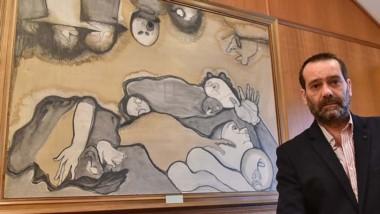 Alejandro Javier Panizzi junto a la pintura del artista Miguel Guereña.