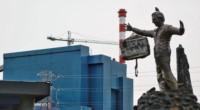 El monumento al expresidente Néstor Kirchner frente a la usina de Río Turbio apareció con pintadas y una valija colgando de su brazo.