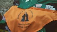 El pañuelo naranja, símbolo del renunciamiento a la Iglesia Católica.