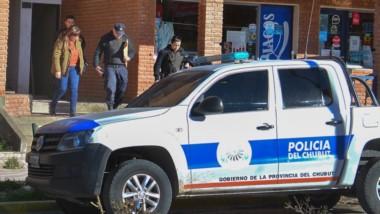 Papeles. Una delegación policial se lleva documentación de uno de los domicilios allanados en Gaiman.