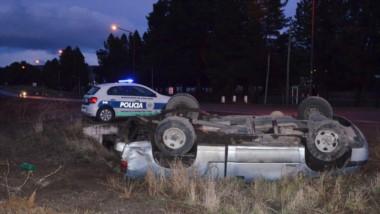 Por razones que se tratan de establecer, la camioneta Chevrolet perdió el control y dio varios tumbos.