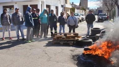 Fuego. La protesta se realizó con quema de cubiertas en la calle.