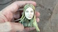La cabeza de la muñeca con los rasgos a Nahir Galarza.