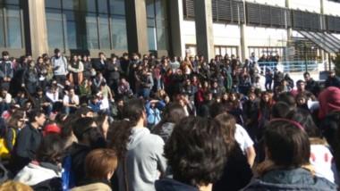 Multitudinario. Más de mil personas participaron del  abrazo simbólico a la Universidad en Comodoro.