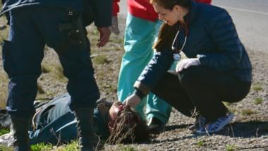 Momentos en que la médica de guardia del Hospital Adolfo Margara corroboraba el pulso de la víctima.