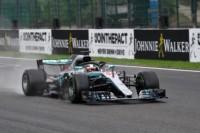 Lewis Hamilton baila bajo la lluvia y consigue una valiosa pole en Bélgica.