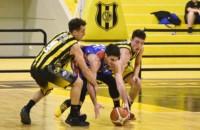 Mariano González, Gonzalo García y Viola intentan recoger el balón. Madryn superó a Ferro y es puntero.