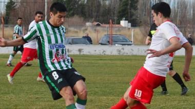 Cristian Taborda disputa la posesión del balón con Enzo Ortega. Germinal dominó el partido por completo.