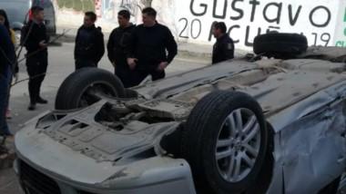 Ruedas arriba. Así quedó el automóvil que peor quedó.
