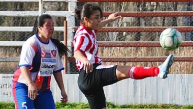 María León, de Alianza Fontana Oeste, intenta arrebatarle el balón a Loreley Bell, delantera racinguista.