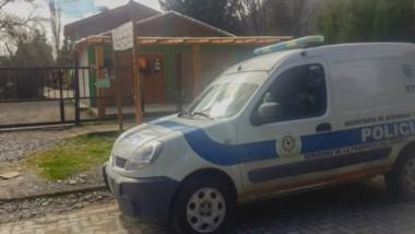 Policías de Lago Puelo, la Brigada y Drogas efectuaron cuatro allanamientoe por un hecho de robo.