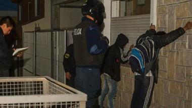 Con las manos en la masa. Personal de Motos de la Unidad Regional los atrapó al salir  por una  ventana.