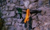 Los pañuelos verdes y naranja fueron puestos en lugar de la Virgen María.