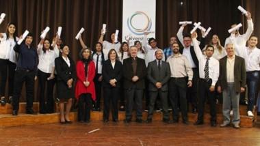 Los nuevos egresados de la Universidad del Chubut celebran la obtención de su título profesional.