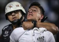 Graves disturbios en el final del partido entre Santos e Independiente.
