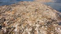 """""""Trushlandia"""", la gigantesca isla en el Pacífico donde se junta el plástico a al deriva. El 90% de las bolsas termina en el mar."""