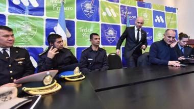 Federico Massoni junto a responsables de diferentes áreas de seguridad en conferencia de prensa.