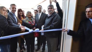 Corte de cintas. El gobernador junto al intendente Maderna dejaron inaugurada la nueva sede vecinal del barrio Santa Mónica de Trelew.