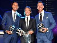 Keylor Navas, Luka Modric y Sergio Ramos posan con sus trofeos en el sorteo de la fase de grupos de la Champions.
