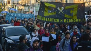 Una importante cantidad de gente participó en el reclamo en defensa de la Universidad Pública.